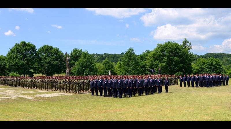 Predsednik Vučić uručio vojne zastave 72 brigadi za specijalne operacije i 63 padobranskoj brigadi