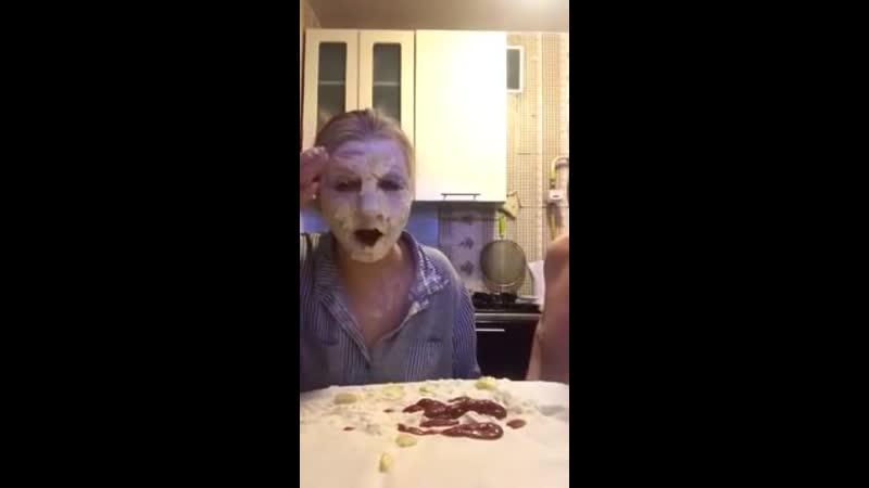 Муж с женой играют в Камень Ножницы Бумага раз два три На карантине лицом в еду Семейные приколы