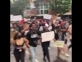Члены леворадикальной организации чернокожих Black Panthers присоединились сегодня к протестам в Атланте