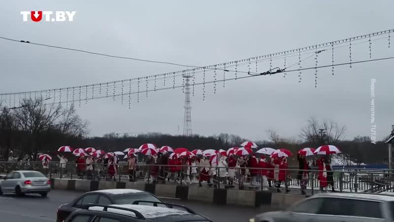 Колонна женщин с бело красными зонтами в Минске днем 6 января