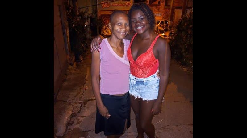 Бразильянка упала в дом и помогла незнакомке с раком