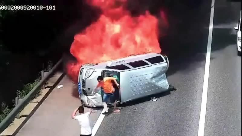 Китаец спас людей застрявших в пылающем автобусе