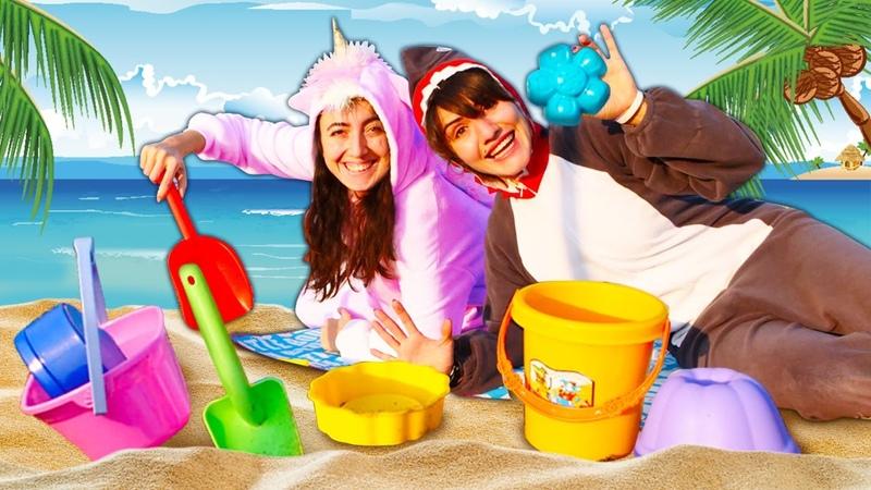 Spielspaß mit dem Einhorn und dem Hai. Ein Tag am Strand. Lustiges Spielzeug Video