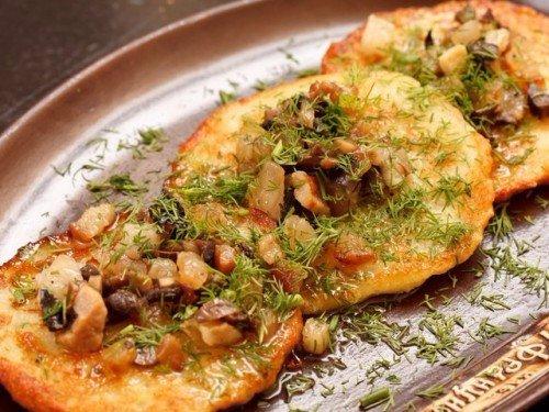 Деруны с грибной подливкой Ингредиенты:Картофель 1 кгПшеничная мука 100 гРастительное масло 50 гСода 3 гСольПодлива:Сушеные грибы 50 г Мука 25 гЛук 20 г СольПриготовление:1. Очистить и потереть
