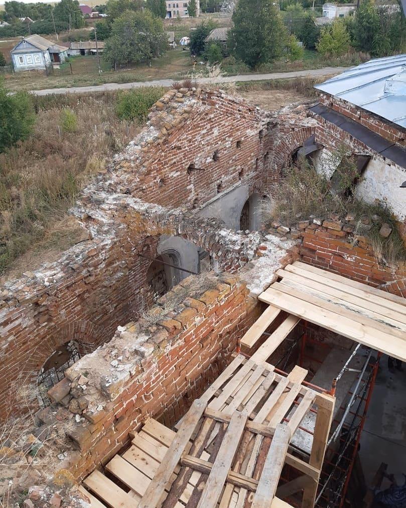 Продолжаются реставрационные работы в храме Всех святых села Таволожка Петровского района
