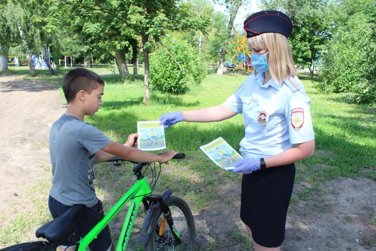 Петровские автоинспекторы напомнили юным велосипедистам правила дорожного движения