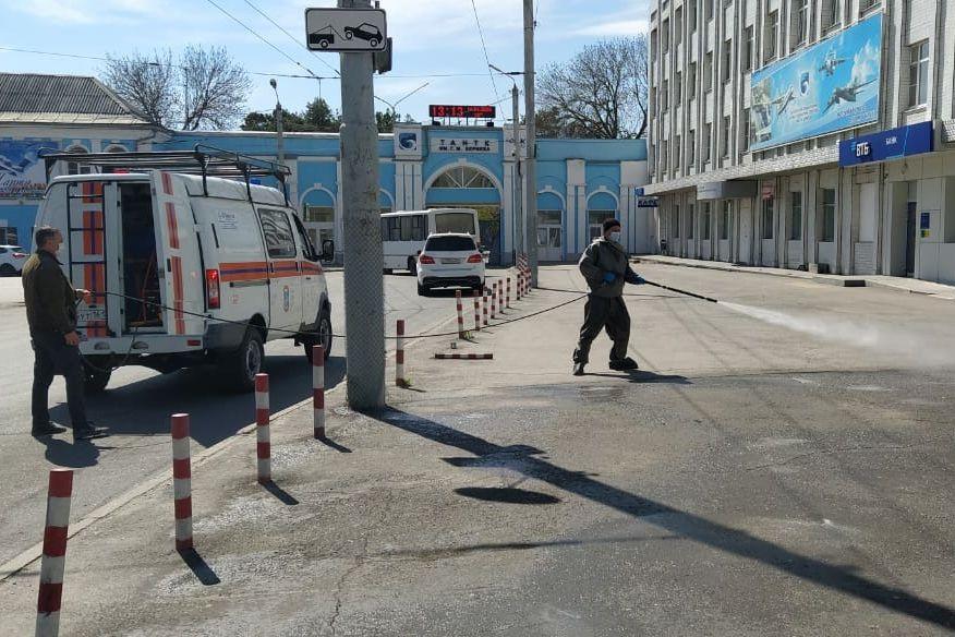 Дезинфекцию общественных пространств города Таганрога проводили более 40 спасателей