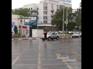 Прохожий регулирует движение в Ростове-на-Дону