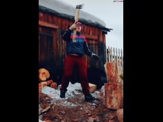Лихо колет дрова