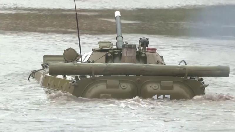Занятия по подводному вождению БМП в окружном учебном центре ЦВО в Свердловской области