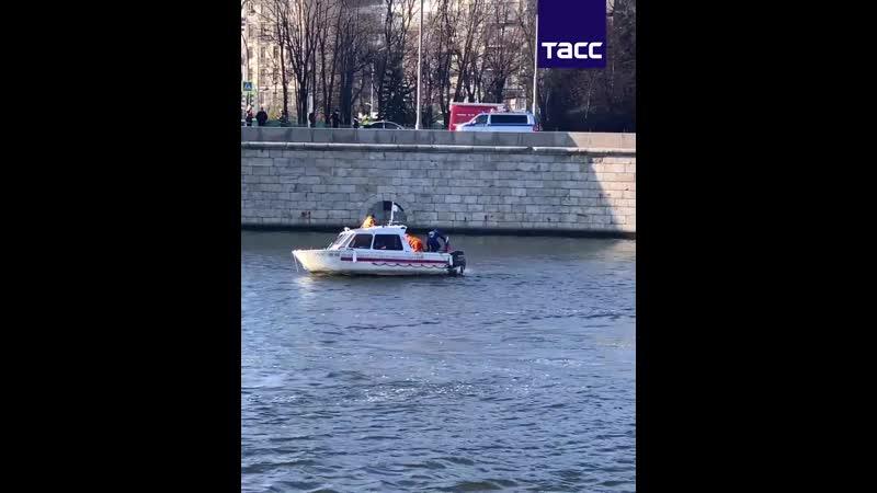 Автомобиль упал в реку на Пречистенской набережной в Москве