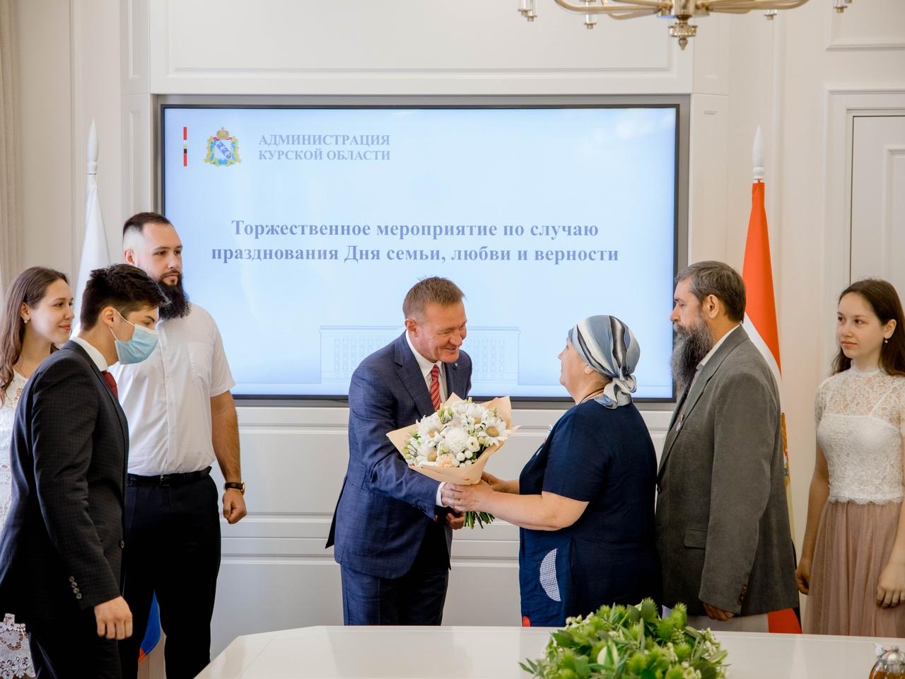 Губернатор вручил курской семье орден «Родительская слава»
