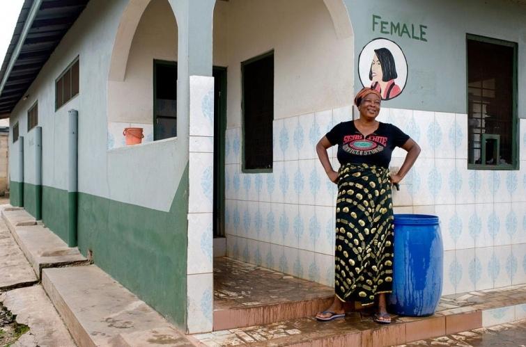 Как выглядят туалеты богачей и бедняков в разных странах мира, изображение №11