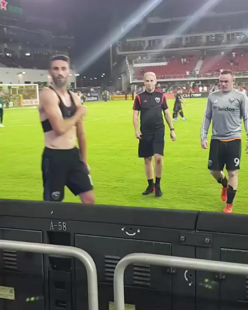 Овечкин встретился с Руни и получил в подарок футболку от футболиста