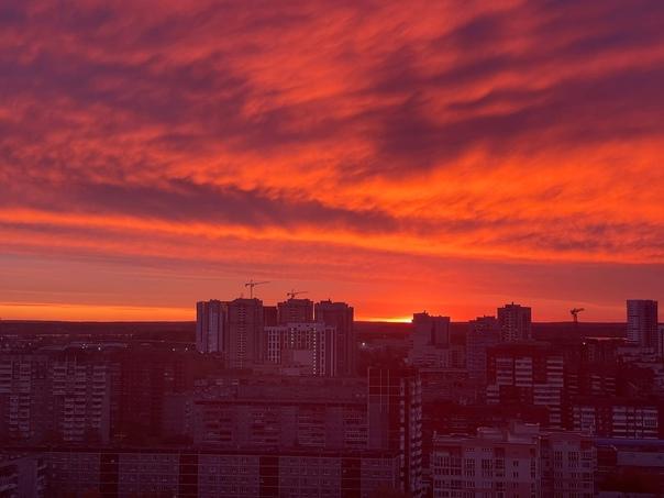 Утро в Екатеринбурге началось с огненного рассвета...