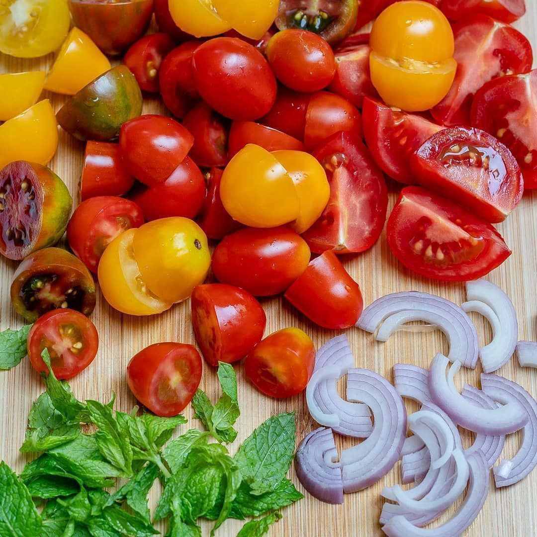 Салат из помидоров и сыра фета
