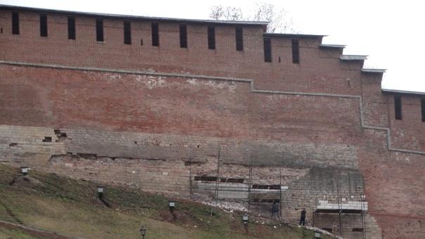 Помните практически вековые трещины на стене кремл...