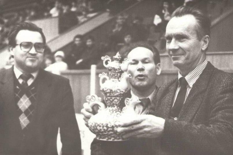 Анатолий Евтушенко получает поздравления с очень принципиальной для него победой от главного заводилы матча Михаила Земцова (в центре).
