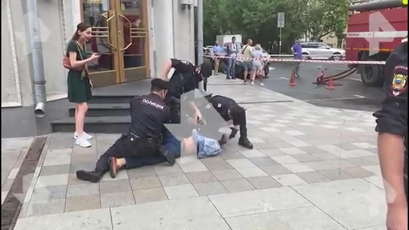 Видео полиция скрутила дебошира на месте пожара в центре Москвы