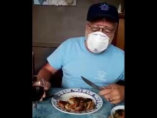 Когда в кафе сказали без маски не входить....Это ж надо было придумать!