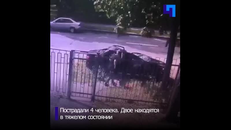 В Петербурге из за сильного ветра дерево упало на машину с людьми