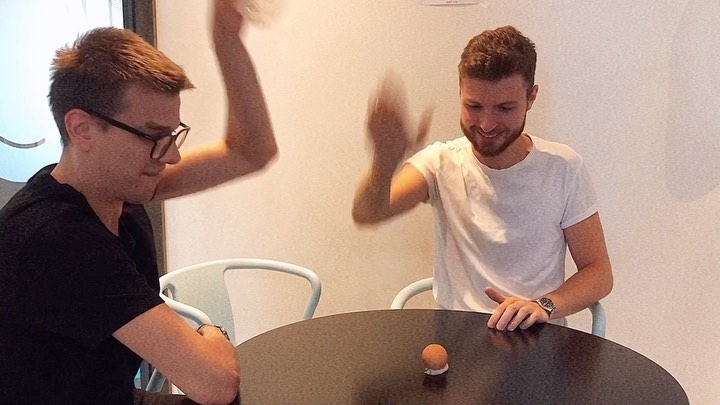 """SKY Радио🥇 on Instagram Ведущие вечернего шоу Drive Time Никита Легкоступ и Дэвид Лазба играют в Яичный Шлёп Отмечай друга с которым хотел бы сыграть в эту…"""""""
