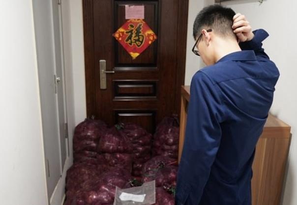 В Китае девушка решила проучить изменявшего ей парня и отправила ему тонну лука, пожелав «плакать так же сильно», как она Попытки курьера связаться с молодым человеком оказались безуспешными, в